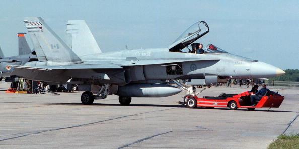 Straaljagers van dit type CF-18 Hornet begeleidden de 'bedreigde' vlucht.