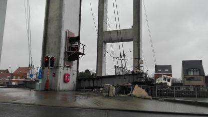 Boot vaart tegen brug in Grimbergen: scheepvaart- en wegverkeer stil
