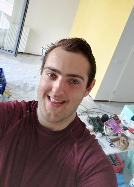 Jesse Beumer (26) klust in z'n nieuwe huis.