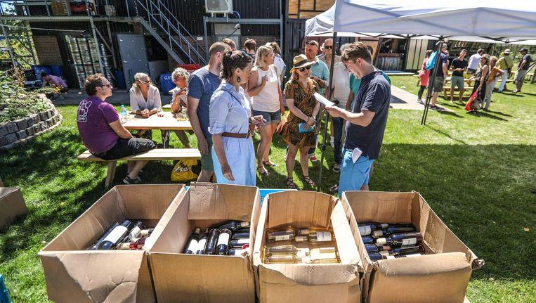 Deelnemers konden intekenen op hun eigen wijn: de solaris, de johanniter of de bolero Beeld Eva Plevier