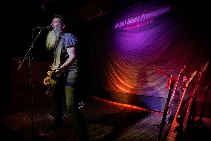 Dave Arcari op het podium tijdens Paasblues in Asten.