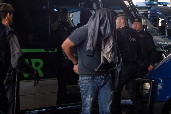 De politie arresteert één van de hooligans die betrokken zou zijn geweest bij de aanval op Alchochete.