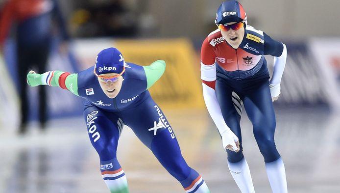 Martina Sablikova (R) houdt in zodat Ireen Wüst voorlangs kan gaan.