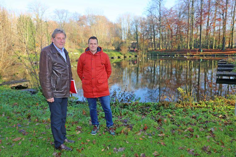 Herman Steppe en Kevin Van der Slagmolen van de sportdienst bij de pastorievijver.