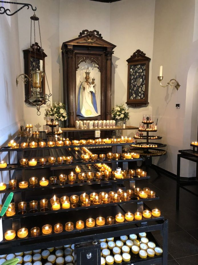 Kaarsen branden in de Hasseltse kapel in Tilburg