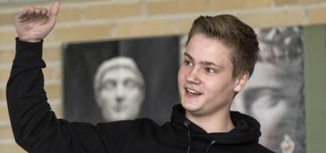 Wouter (16) uit Nijverdal in finale NK Debatteren: 'Heb goed gekeken naar Arjen Lubach'