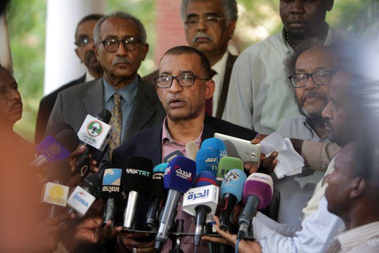 Activist Omar al-Dujir, een leider van de oppositiebeweging 'Alliance for Freedom and Change', spreekt tijdens een persconferentie bij het Ethiopische ambassadegebouw in Khartoum. Beeld EPA