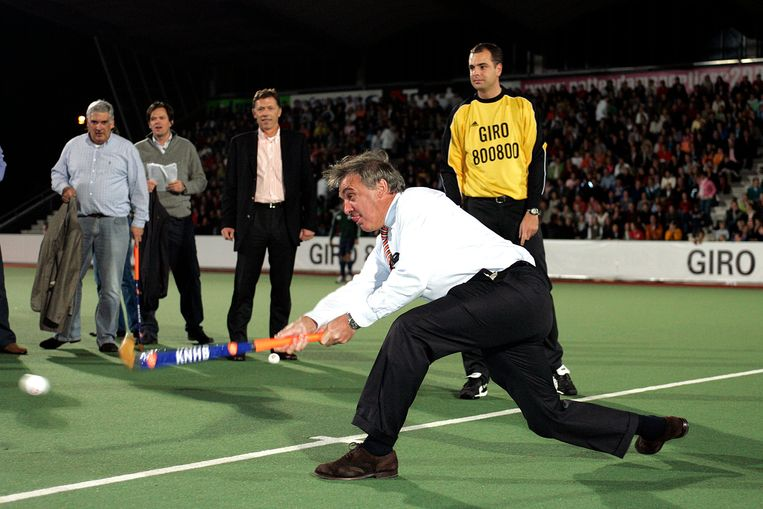 De oud-hockeyer André Bolhuis slaat als sportbestuurder een strafbal. Beeld ANP