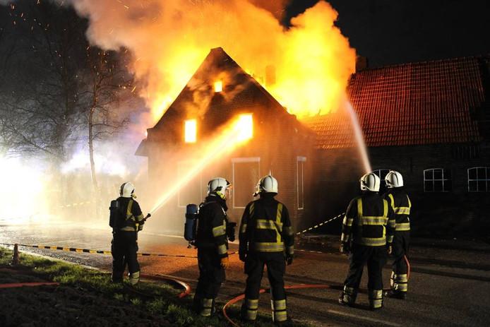 In 2012 viel een oude boerderij in Beugen ten prooi aan de vlammen. foto Ed van Alem