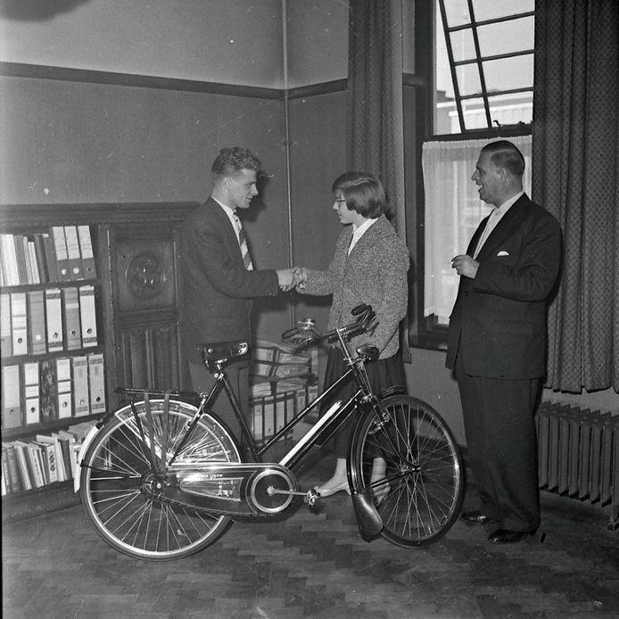 Prijsuitreiking van de Bevrijdingsrally van Oost-Brabant in 1957