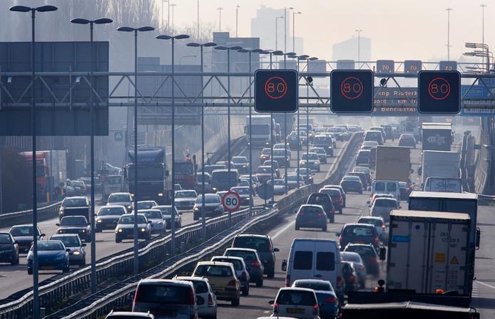 Verkeer en vervoer veroorzaken de meeste milieuschade.