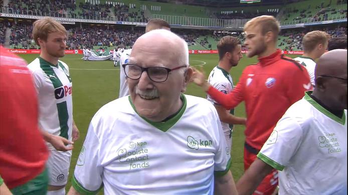 Vorig jaar liepen 22 ouderen het veld op aan de hand van de spelers van FC Groningen en FC Utrecht.