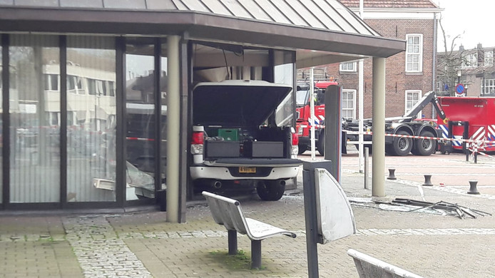 Auto rijdt in op stadhuis van Nijkerk