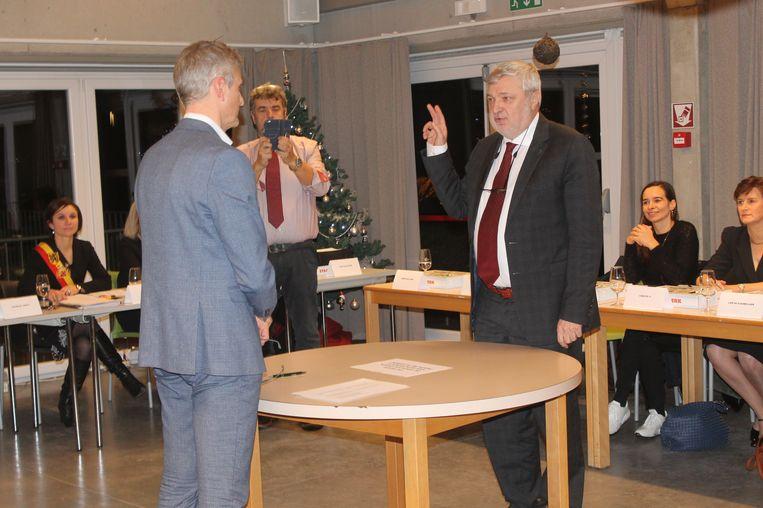 Geert De Cuyper, boegbeeld van N-VA-Lennik Kwadraat, legt de eed af in handen van gemeenteraadsvoorzitter Koenraad Ameys.