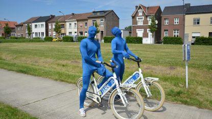 Campagne op de fiets met blauwe mummies