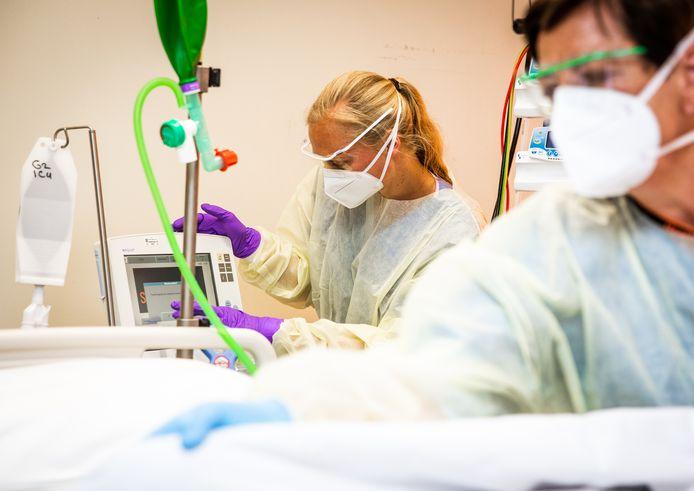 Een intensive-care-bed wordt klaargemaakt voor een nieuwe coronpatiënt.