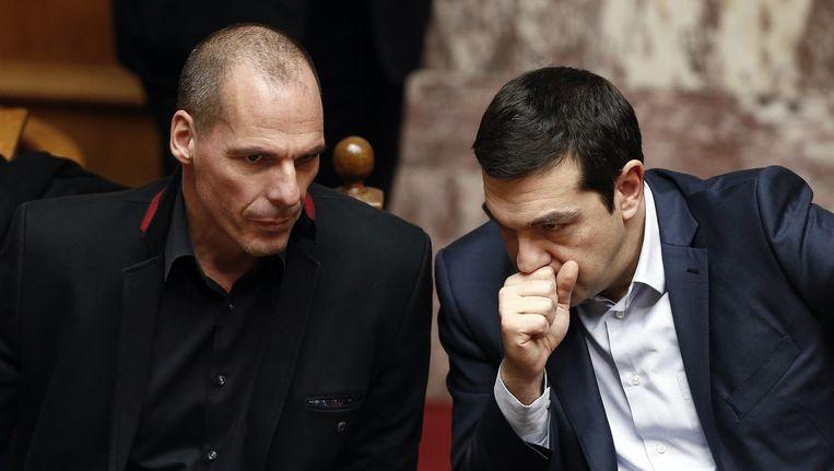 Grieks premier Alexis Tsipras (R)en Grieks Minister van Financiën Yanis Varoufakis.