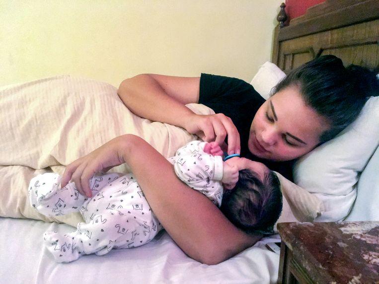 Britt en haar vijf weken oude zoontje zitten nog steeds vast in Egypte.