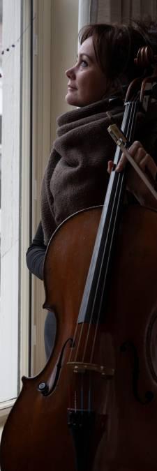 Zutphense Manuela krijgt bibbers en hartkloppingen van cello van 30.000 euro: 'Ik móét 'm hebben'