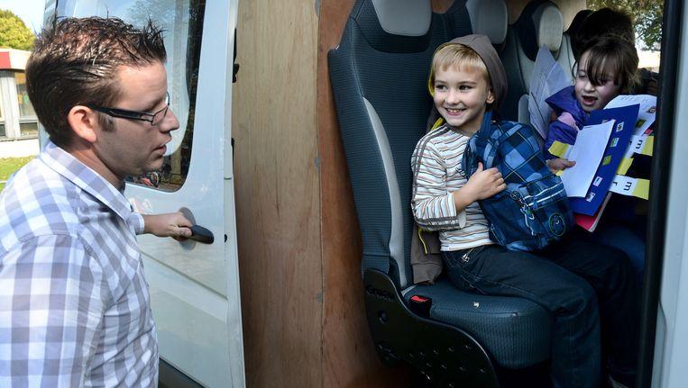 Mede-eigenaar Edwin Strik van De Walnoot rijdt dagelijks de Poolse kinderen naar school. Beeld Marcel van den Bergh