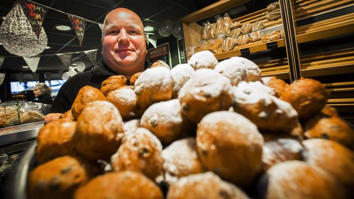 Bakker Patrick Roelofs van Bakkerij Brokking bakt in 2014 de beste oliebollen van Nederland