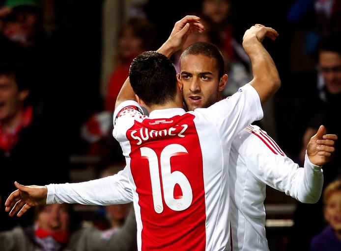 Luis Suarez omhelst Mido na diens goal tegen Veendam.