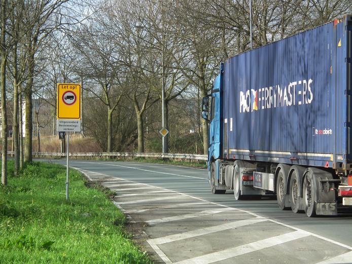 Niet alle truckers houden zich aan het nieuwe vrachtwagenverbod op de Provincialeweg in Dordrecht.