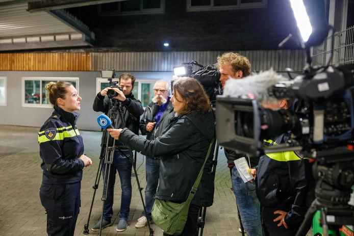 Evelien Aangeenbrug van de politie Noord-Nederland staat de pers te woord in de garage van het hoofdbureau van politie in Drenthe.