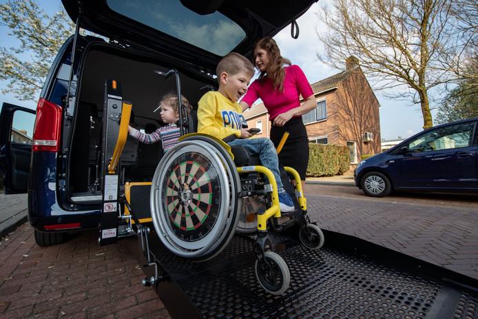 Sven rijdt zijn rolstoel uit de speciale bus.