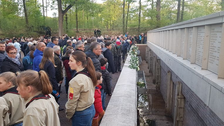 Honderden mensen toonden in het Nederlandse Vught hun respect naar de overledenen