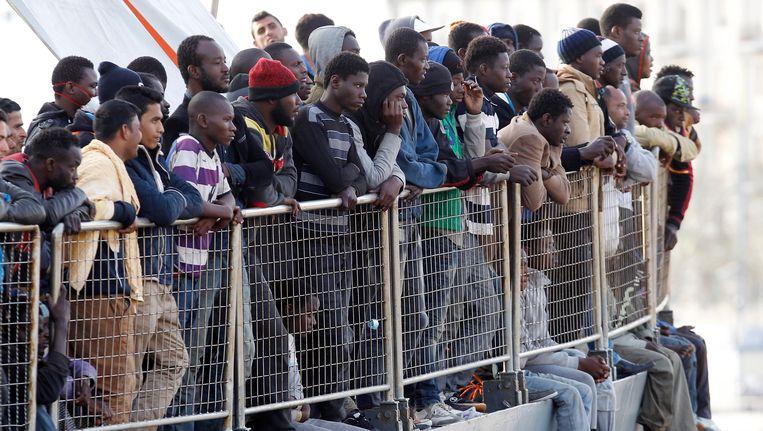 Vluchtelingen aan boord van een IJslands marineschip voor de kust van Sicilië. Beeld ap
