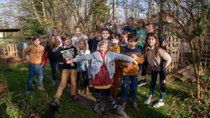 Kinderen Eureka in dikke trui in diervriendelijke tuin