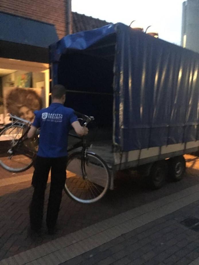 Vrijdagavond werden fout geparkeerde fietsen verwijderd in de Schuttenstraat.
