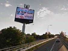 Bewoners hebben last van felle reclamemast langs A15: 'Beeld met animaties wisselt te snel'