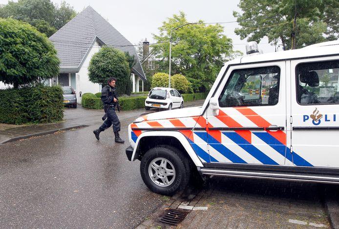 Oud-burgemeester van Helmond Fons Jacobs duikt een paar weken onder en  wordt maandenlang beveiligd nadat de politie signalen krijgt dat criminelen het op hem hebben gemunt.