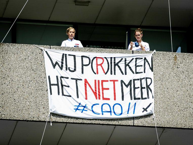 Werknemers van het Onze Lieve Vrouwe Gasthuis ( OLVG ) in Amsterdam protesteren voor de ingang van het ziekenhuis.  Beeld ANP