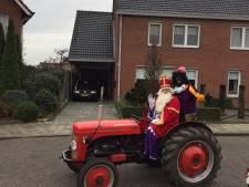 Sinterklaas rijdt met loeiende sirenes door Almelose straat