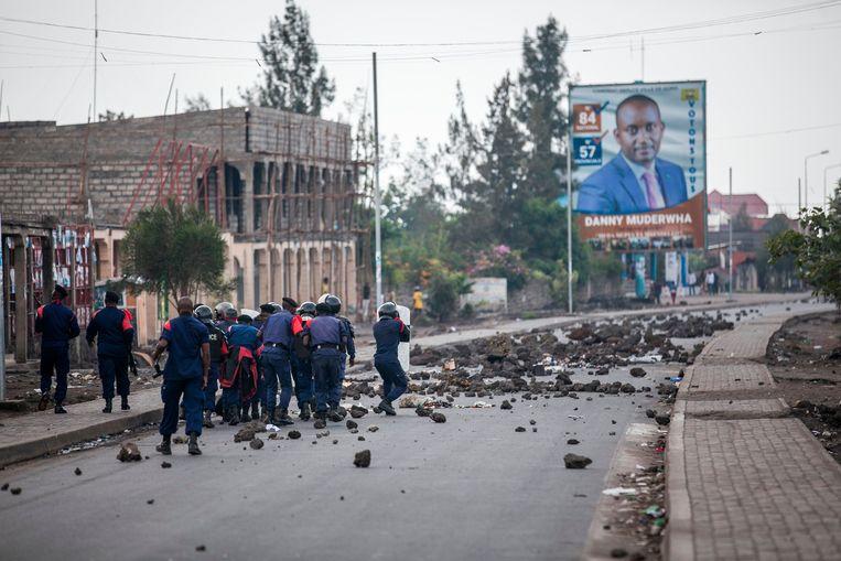 Politie vecht met betogers in de straten van Goma. Beeld AFP