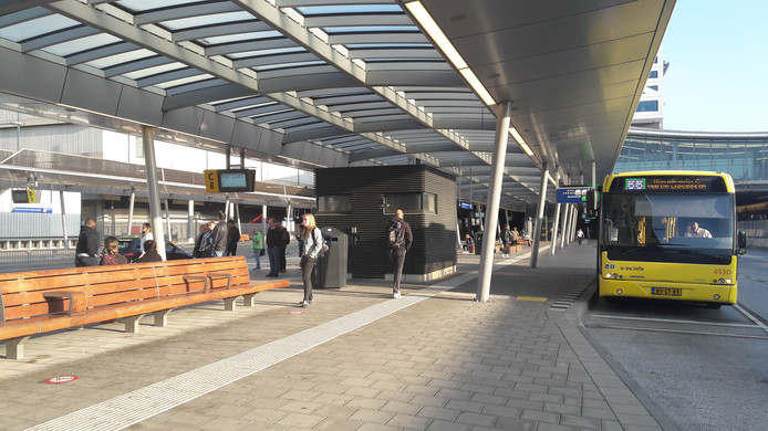 Het is aanzienlijk minder druk op het busstation dan normaal op een doordeweekse dag.
