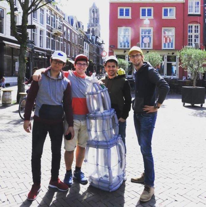 De mannen van Hoes met een 'ConDom': de Domtoren, gemaakt van condooms.