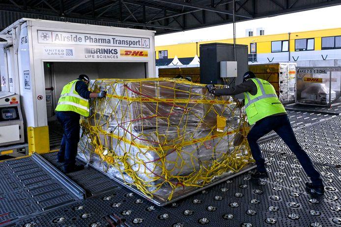 Tijdens een bezoek aan logistiek bedrijf DHL op de luchthaven werd dinsdag getoond hoe zo'n vaccintransport in zijn werk zou kunnen gaan.