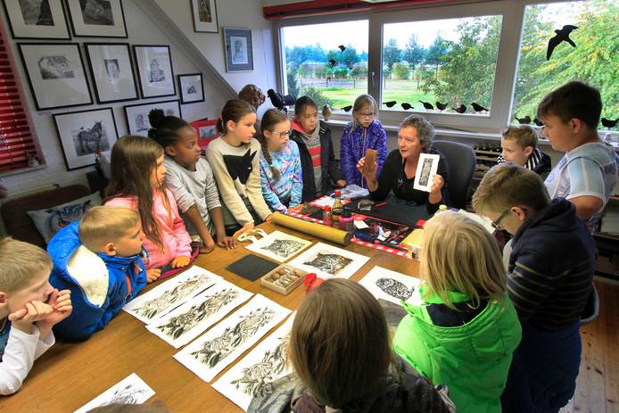 Leerlingen van IKC de Vincent op bezoek in atelier van Marian Vergouwen, de grafische kunstenaar liet zien hoe een ets tot stand komt.