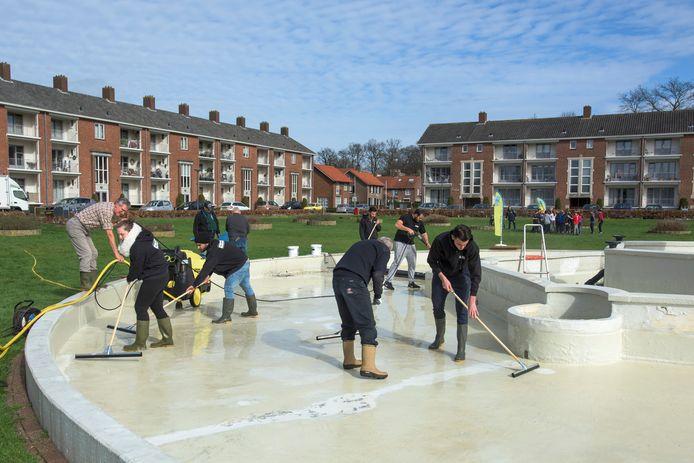 Elk jaar wordt de fontein in het Hertog Janpark in Waalwijk door vrijwilligers schoongemaakt (archieffoto).