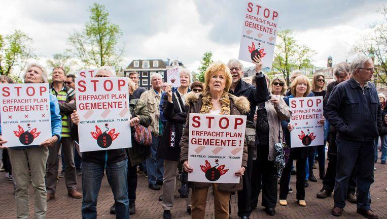 Huizenbezitters demonstreren bij de Stopera tegen het erfpachtplan Beeld Maarten Brante