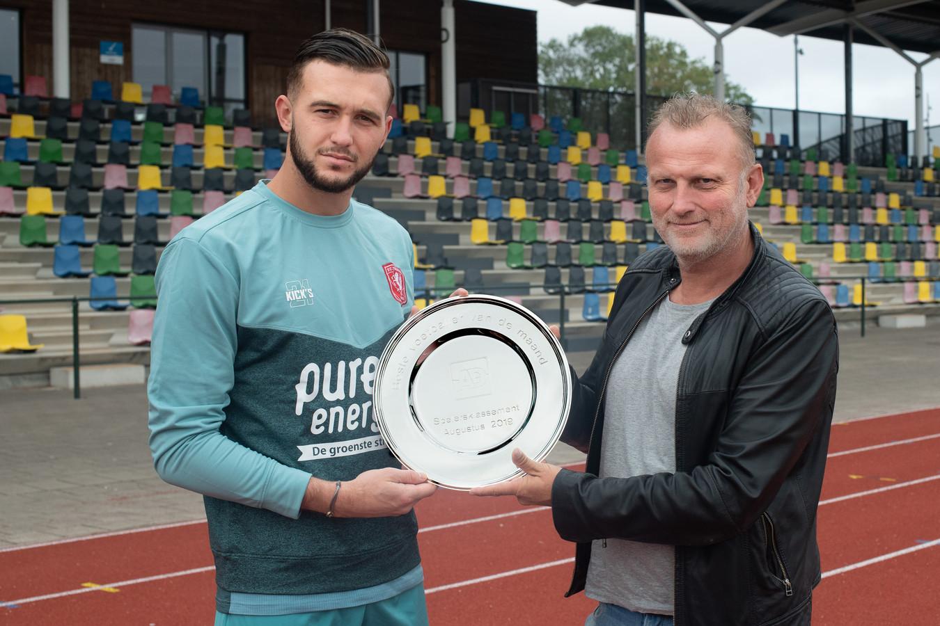 Joël Drommel ontvangt de prijs voor de speler van de maand van verslaggever Leon ten Voorde.