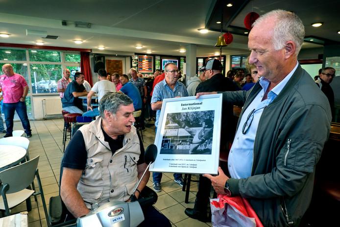 DFC-voorzitter Anne Evers toont clubicoon Jan Klijnjan de foto waarmee hij de clubgeschiedenis ingaat.