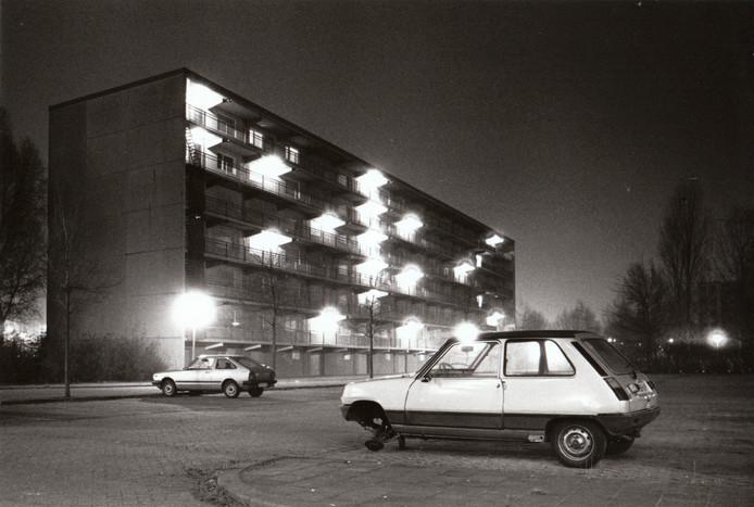 Jarenlang waren de Jagershovenflats in Helmond-Noord de rotte appels in het mandje van de trotse groeistad Helmond. Niet alleen de flats maar ook hun omgeving waren verpauperd, zoals deze foto uit januari 1988 toont. Eind dat jaar werden de flatgebouwen gesloopt.