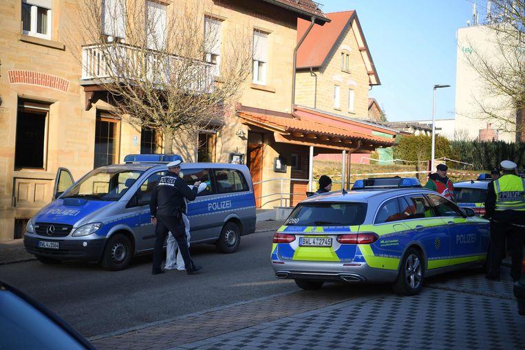 De politie is massaal aanwezig op de plaats van de schietpartij.