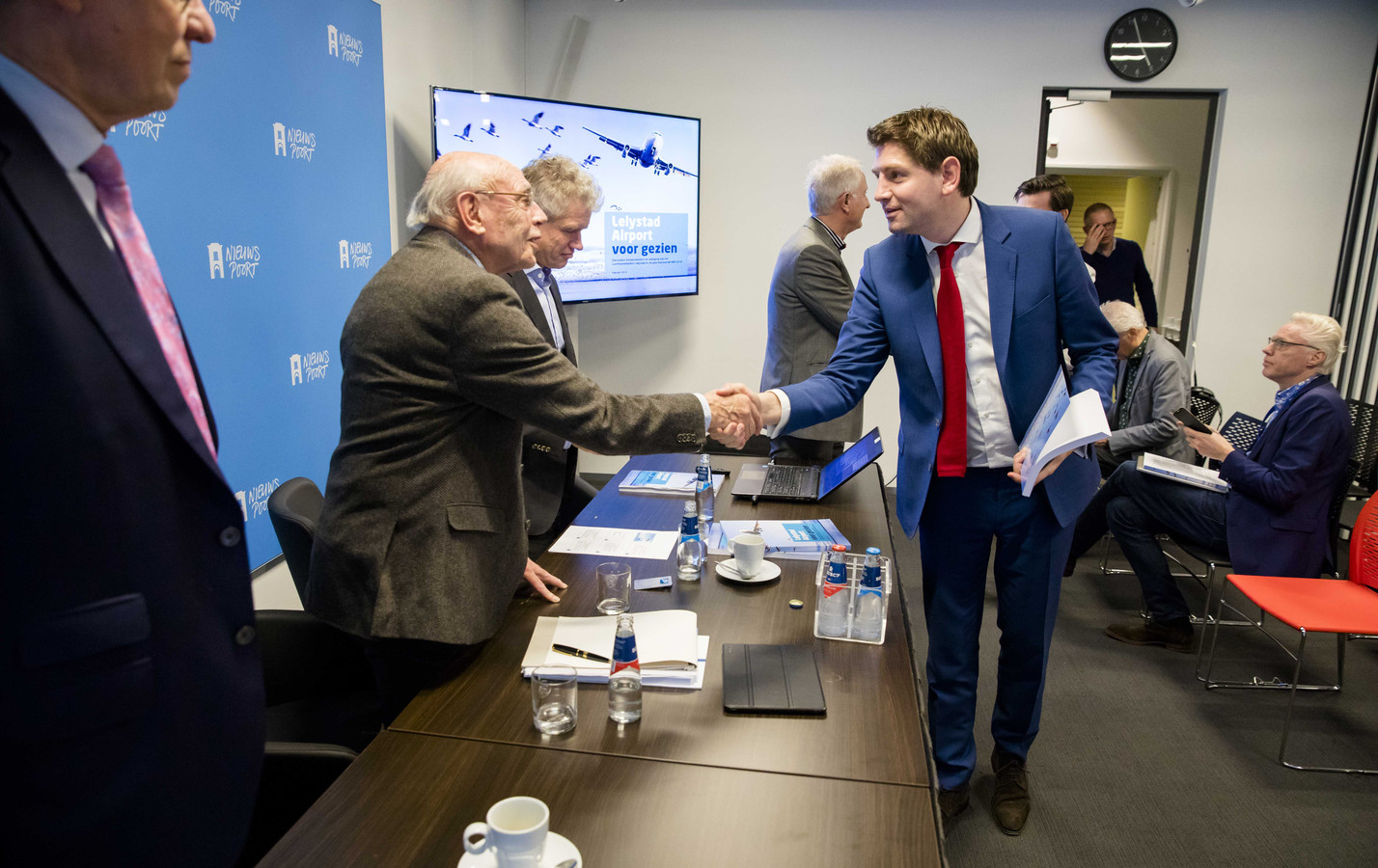Jan Paternotte (D66) schudt de hand van Mijndert Ververs, voorzitter van de Samenwerkende Actiegroepen Tegen Laagvliegen.