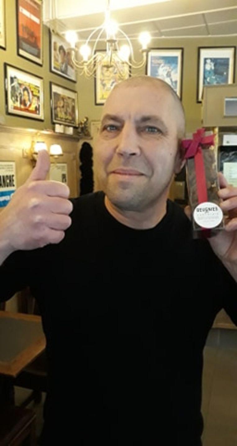 Johan Verniest, zaakvoerder van café St. Georges, met een zakje drolletjes.